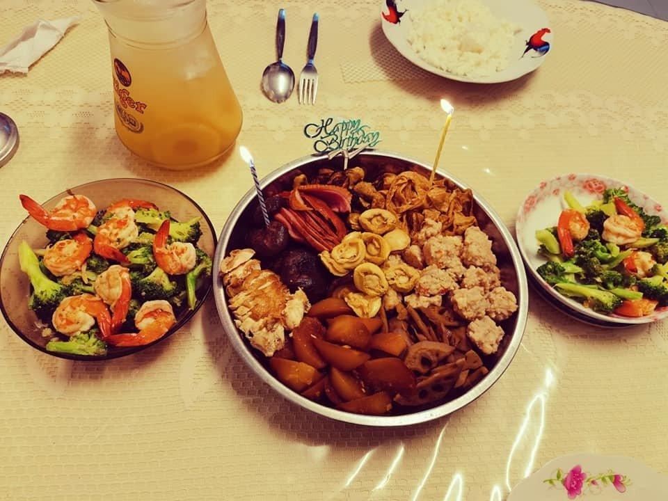 男子分享房东阿姨亲手准备的盆菜和西兰花虾球,盆菜上还有蜡烛和生日插牌。(图取自面子书)