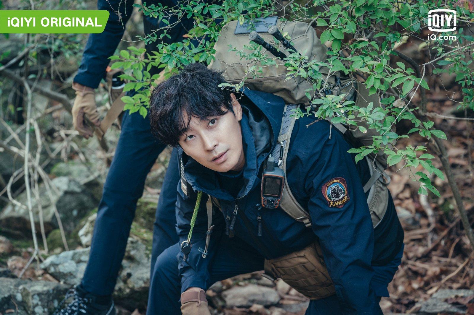 """朱智勋饰演有阴阳眼的""""新手护林员""""姜贤祖,是个开朗纯真的角色。"""