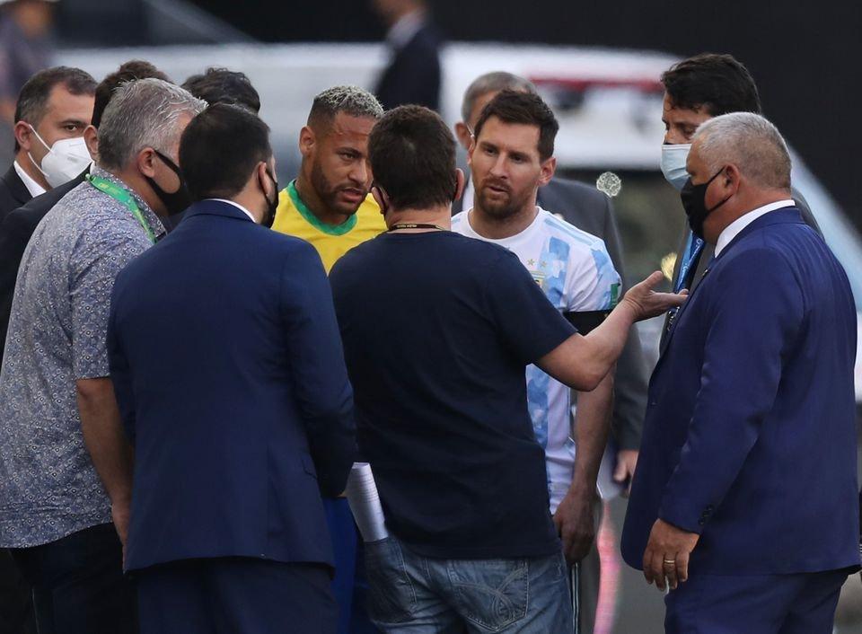 阿根廷球星梅西与巴黎圣日曼的队友内马尔尝试与官员进行谈话。(图取自路透社)
