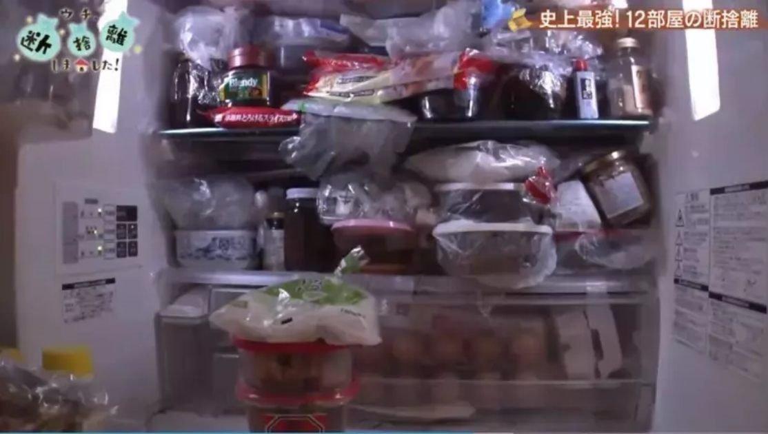 冰箱里材料已过期,鸡蛋更是放到干掉了。(图取自网络视频)