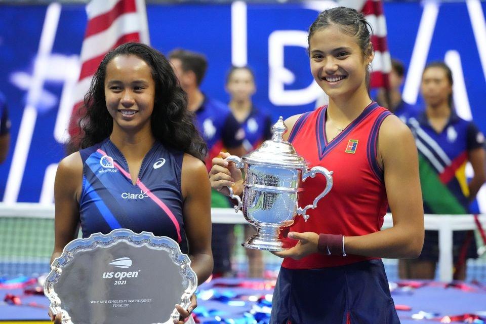 拉杜卡努(右)与费南德兹(左)的对决也是有史以来第一场由非种子球员对决的大满贯女单决赛。(图取自路透社)