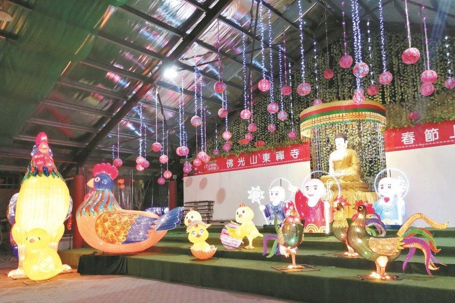 东禅寺内布满小和尚与鸡只开心一起玩乐的灯饰,显现无比童趣。