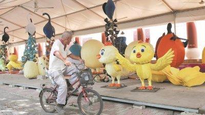 圆溜溜的小黄鸡,造型非常可爱,连路过的老伯也受吸引停驻欣赏一番。