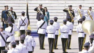 依布拉前殿下(前左2)在柔苏丹华诞官方庆祝仪式上,检阅王室御林军。前左起:柔王储东姑依斯迈、二王子东姑依德利斯、四王子东姑阿都拉曼及五王子东姑阿布峇卡。后左起:王储妃仄潘卡丽达、柔王后拉惹查丽苏菲雅。