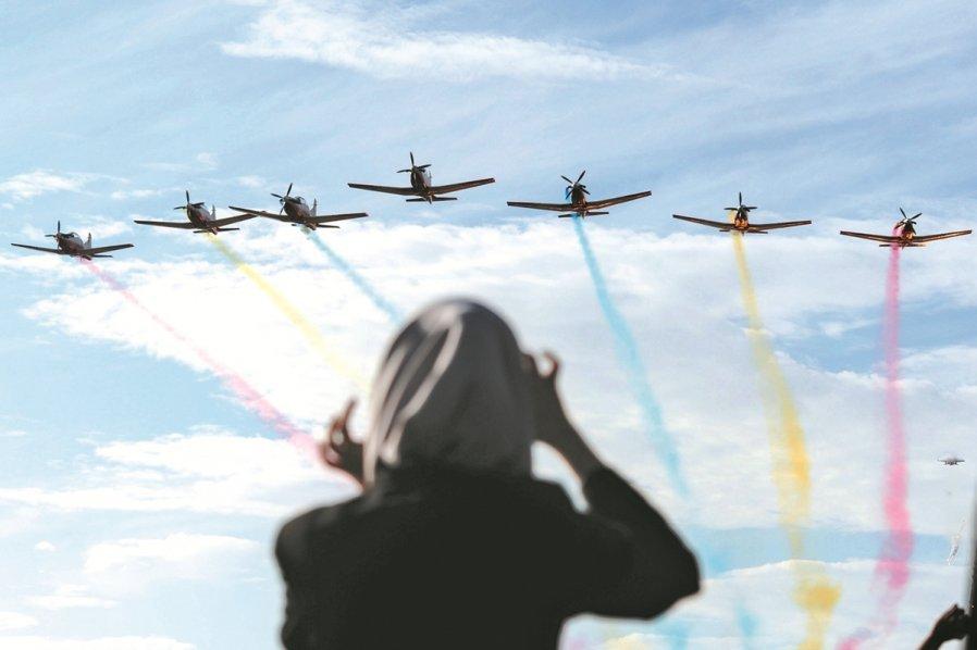 海空展开幕仪式,由来自大马皇家空军部队的战机呈献特技飞行表演,压轴场是5架战机喷出数道色彩,让天空绽放缤纷色彩。