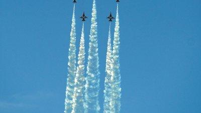 韩国的黑鹰飞行表演队(T 50BBlack Eagles)在飞行演出中整齐划一的战机队形,成为焦点。