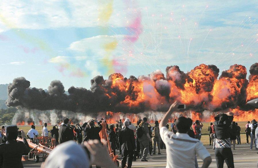 海空展开幕仪式上,大马皇家空军部队呈献的特技飞行表演后,也现场燃放彩弹,场面精彩震撼。