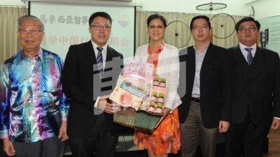 莫泽林(左2)赠送纪念品予刘东源(中)。左起为郭南昌、潘永强和林家豪。(摄影:徐慧美)