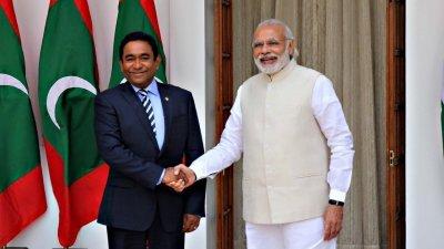 马尔代夫总统亚明(左)与印度总理莫迪(右)。