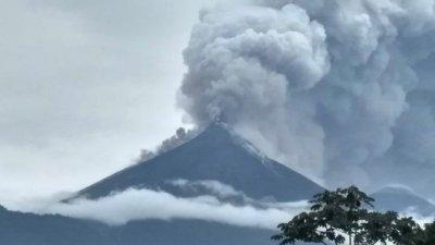 瓜地马拉的富埃戈火山周日猛烈爆发,酿成7人丧生。
