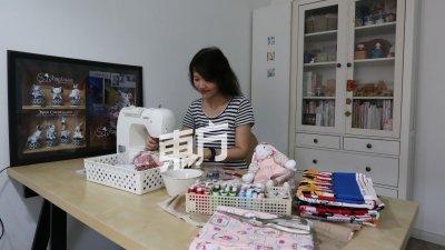 杨秋薇在工作室完成 每项订单,除了手作娃 娃,也有缝制其他作品杯垫及宝宝单等。