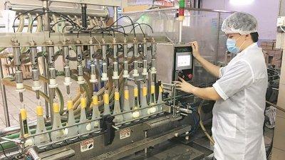 猫山王榴梿酒以先进技术酿制而成, 香味突出,口感醇美爽适,并获得大 马卫生部的食品安全问责工业认证。