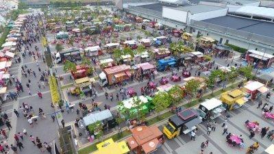 流动餐车的盛行,让吴进业看准商机, 提供年轻人创业机会, 也协助小贩转型,进而推动绿色城市。图为在槟州峇都加湾进行的餐车嘉年华。