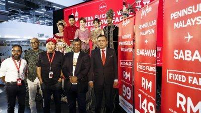 陆兆福(右起)在亚航集团总执行长丹斯里东尼费南德斯、亚航执行主席拿督卡玛鲁丁、亚航集团副首席执行员博林甘及亚航首席执行员利亚德阿斯玛陪同下,为亚航深夜航班推介。