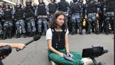 年仅17岁的女孩米赛克,于上月27日的大规模示威活动中,神色从容地坐在全副武装的俄罗斯防暴警察面前,其手中还拿著俄罗斯宪法,这一幕亦让她成了反抗普京政府的象征。