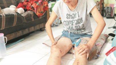 因为双脚无力,李容香只能伸直双腿,铺上坐垫席地而坐。