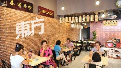 聚会谈心地点不只有咖啡馆、奶茶店,凉茶店同样是不错的选择。不仅可以避免因经常饮用甜饮,而摄取过多糖分;反而还可以清热解毒,养生保健。(摄影:连国强)