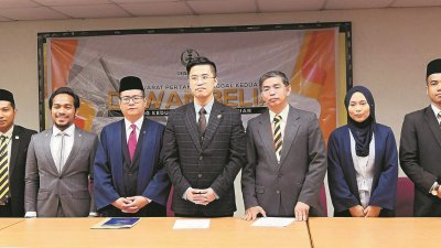 李存孝(左7)主持霹雳州青年议会后指政府聆听民意,尤其青年议会内带出的议题及声音,左6起是张宇晨、琻邝及娜比拉。