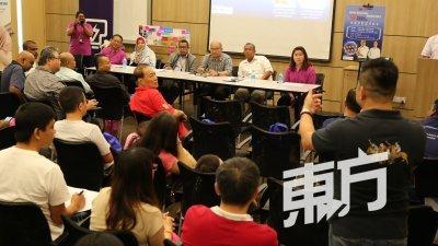 邹裕豪(坐者左4起)、峇德鲁和国能职员与居民展开对话。(摄影:刘维杰)