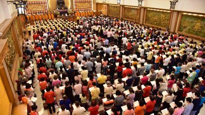 佛光山东禅寺周日举行的盂兰盆孝亲报恩法会暨瑜伽焰口总回向供僧法会,逾3000人参与诵经拜佛。