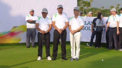 阿迪阿兹哈里(前左起)、萨鲁丁嘉玛和梁国坤,为森林城市高尔夫休闲度假区的第二座18洞高尔夫球场主持开幕。