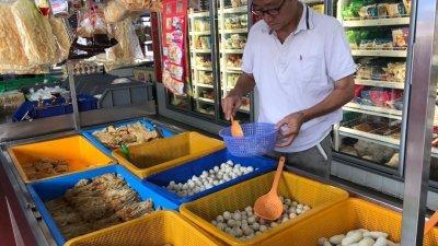 木来鱼丸门市专卖店提供各式各样的鱼丸、酿料,供顾客选择。