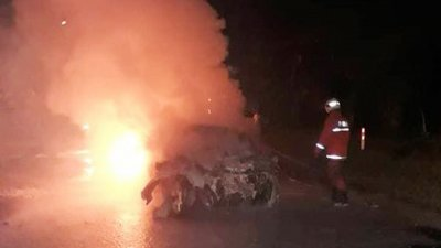 直凉周二清晨发生严重车祸,一辆私人轿车与两辆罗里相撞后,立即陷入熊熊烈火中,车内3人因来不及逃生,被活活烧死!