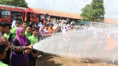 """柔州消拯局首次在学校举办的""""消拯员大哥到学校""""(Abang Bomba Ke Sekolah)宣导活动反应良好超出预期,未来计划推广到全国。"""