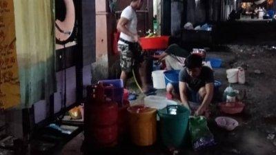 巴生卫星市几乎所有的餐饮店,都会违法在店后进行洗碗和清洗活动,直接把油腻物排进。