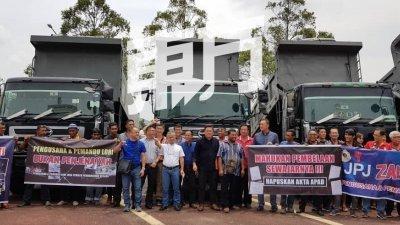近百名罗里业者和司机进行抗议活动声讨政府不公,左5为吕亮禾。(摄影:张瑞强)