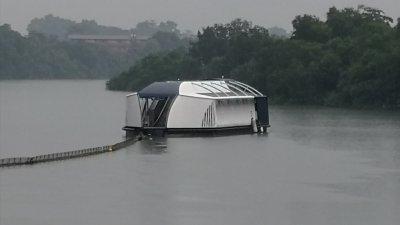"""外观设计全白,极具科技感的""""太空船"""",实际是一个专门清理河流垃圾的浮台;有关浮台在巴生河边漂浮已逾2周,目前在进行河流垃圾防堵和吸收垃圾的工作。"""