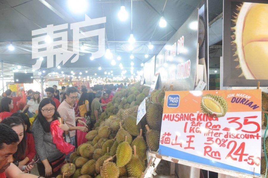 灵市水果优惠大会 逾千人抢购果王果后