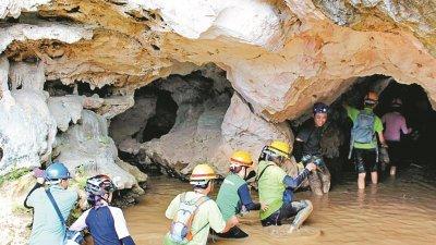 为了入洞探索输送锡米的隧道,参与者皆须穿戴安全装备,以策安全。