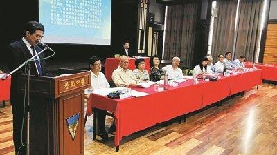 史进福(左)在培中2019年度赞助人大会上致词。