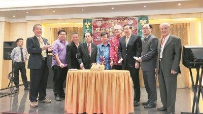 廖正兴(左4起)、曹观友及马来西亚茶叶公会会长刘俊光于周日中午出席马来西亚茶商公会56周年庆联欢午宴,与众嘉宾一起切喜糕。