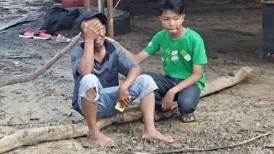 女童的父亲(左)得知女儿玩水时失踪后,掩面痛哭。