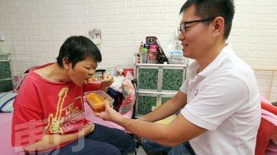 王志阳煮了咖哩鸡,带去护理中心给王桂香享用。(摄影:刘维杰)