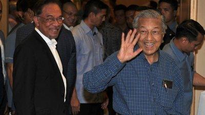 大马政治乱局背后诸多因数左右,也导致希盟执政举步维艰,其中影响最深刻的是马哈迪与安华的首相交接。