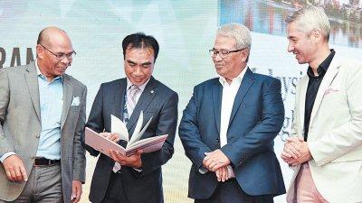 再努丁伊沙(左起)、阿德南、佐哈仄末和李福荣周三出席《大马普险业亮点》推介礼。