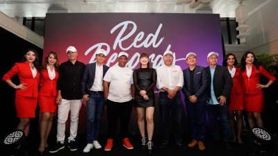 """东尼(左5)主持""""亚航集团与环球音乐集团(UMG)推介RedRecords""""媒体汇报会,与众嘉宾合影。左3起为哈山、王应昌、查宁维格尔、卡玛鲁丁、王骏荣、纳达布拉那斯里。"""