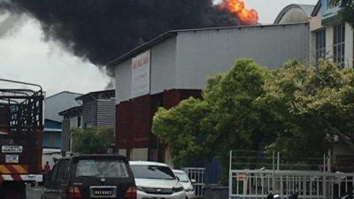 溶锡厂发生火灾,现场冒出浓浓的黑烟,引起民众停下观看。