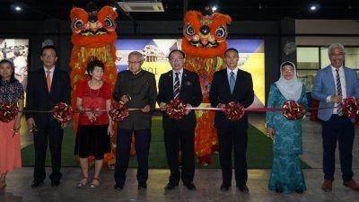 张志坚(左6)为深斋教育集团旗下的康博国际学院,主持开幕剪彩仪式。左起为胡玉玉、胡宝宝、胡凯林、陈桂萍、胡恩林、乌米、杨锡水及阿末赞比里。