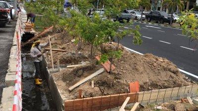 工作人员在展开提升排水系统工程。