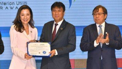 砂能源公司首席执行员沙尔比尼苏海里(中),颁发再生能源认证证书予联合国开发计划署亲善大使丹斯里杨紫琼(左)。右为主宾首长拿督阿邦佐哈里。