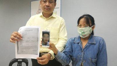 李玉苹(右)透过曾笳恩(左)召开记者会,仍相信手机照片中的肯尼斯是真实存在。