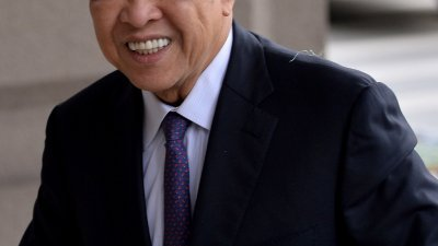 阿末扎希周三如常到吉隆坡法庭面审,他笑著迎向镜头,心情似乎不错。
