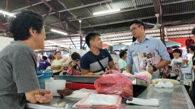 陈家兴(右)在走访选区昆仑喇叭巴刹时,聆听小贩的心声,并进行亲切交流。