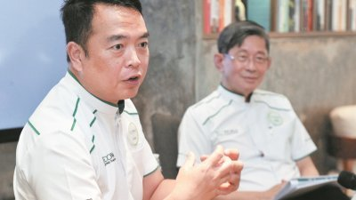 拿督曾建华(左)与张良成一同向媒体分享公司前景展望。