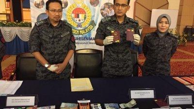 英德拉凯鲁再米(中)表示执法员只是起获3本护照,左起为卡玛鲁丁和阿祖拉。