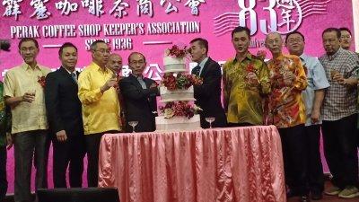何子孟(前排左4)受邀联同出席嘉宾及霹雳咖啡茶商公会理事共切周年纪念蛋糕。